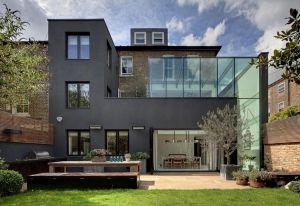 Il nuovo volume visto dall'esterno, in piacevole contrasto con l'architettura…