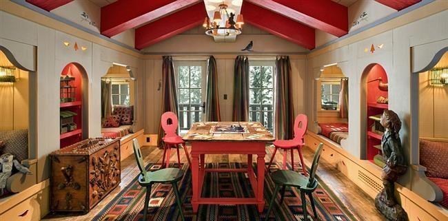 Детская комната с элементами красного и зеленого цвета.