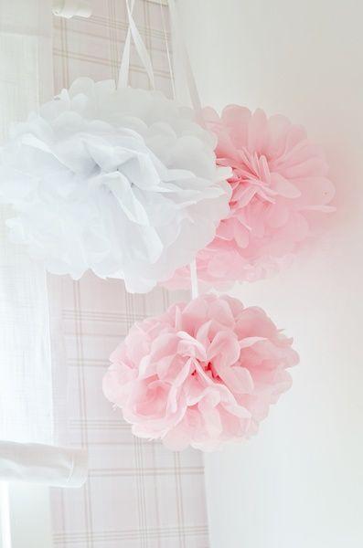 flickrum vitt och rosa,barnrum,pom poms