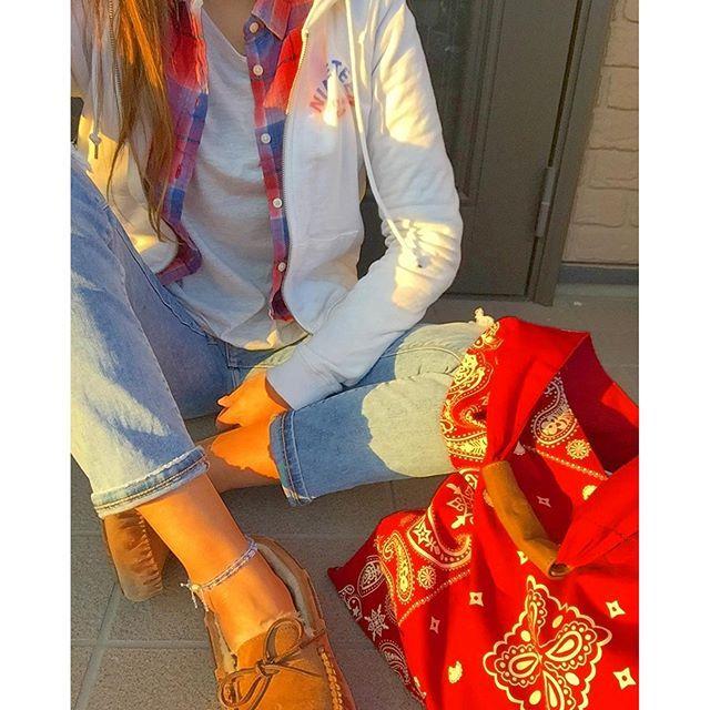maaaaaar1. . 今日は少しだけ出社して、 3日ぶりに外出たから気分爽快✨ 太陽に当たるっていいね やっぱ引きこもりだとほんと鬱になるわ 残り1日お休みしたらみうも保育園行けるし 引きこもり頑張ろっ . .  #ootd #outfit #今日の服 #今日のコーデ  #ママコーデ #ママファッション #ママ雑誌sakura  #プチプラコーデ #プチプラファッション #パーカー #GAP  #シャツ #ユニクロ #UNIQLO #トップス #gu #ジーユー #デニム #bershka  #モカシン #UGG #アグ #バンダナトート #バンダナ