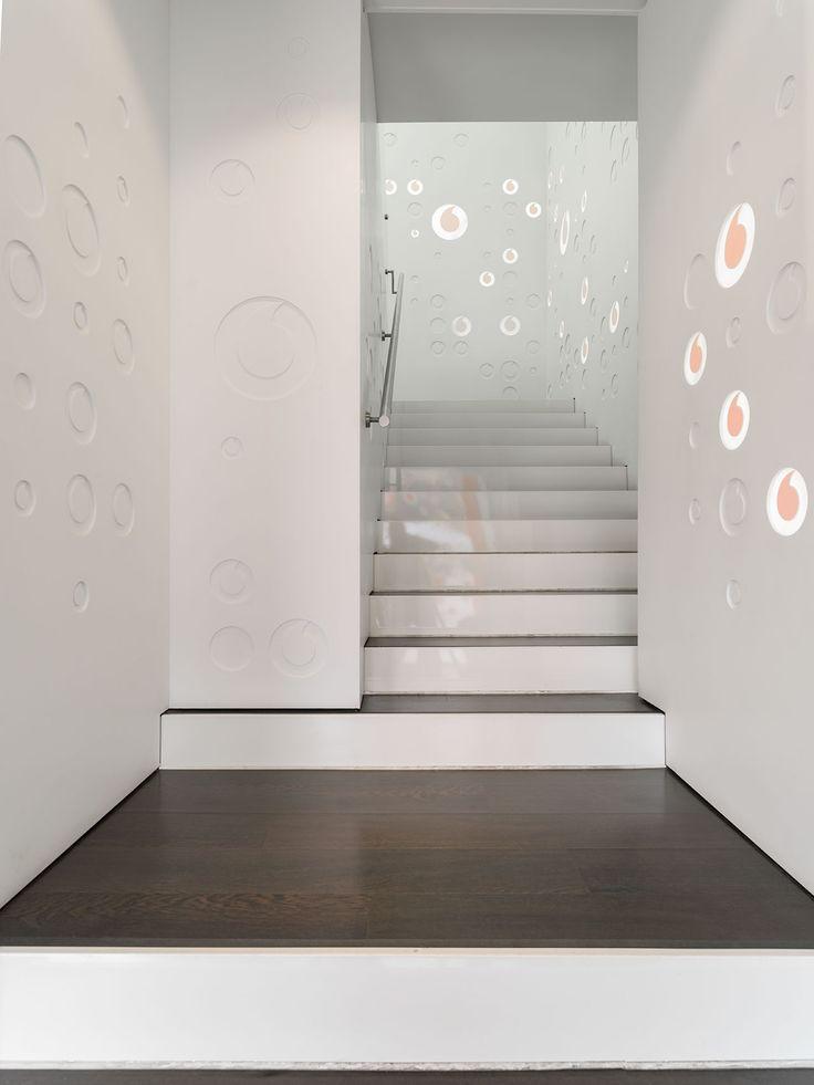 Parte del mobiliario comercial está realizado con KRION®, pero nos gustaría resaltar los espectaculares muros realizados con KRION®, y diseñados por...