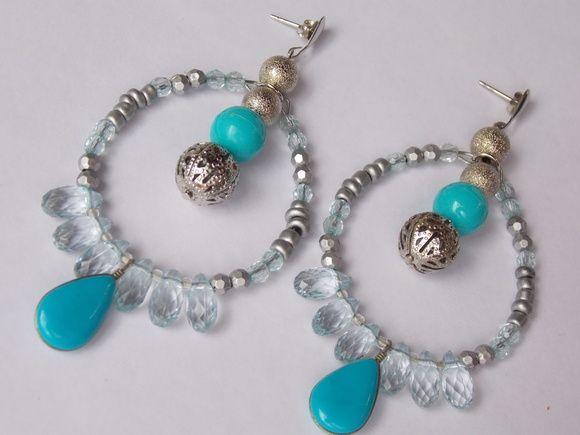 Maxi Brinco prateado com tarracha azul claro e turquesa, com cristais e gotas acrílicas e bolas prateadas. R$ 18,90