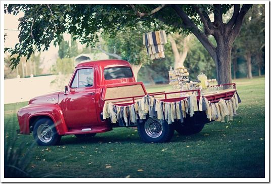 vintage party anyone?Trucks Tables, Cars Parties, Old Trucks, Vintage Trucks, Outdoor Parties, Vintage Parties, Antiques Cars, Parties Ideas, Desserts Tables
