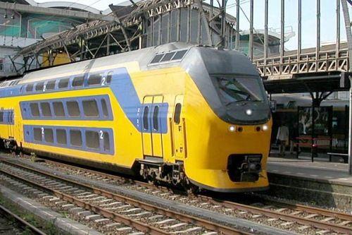 Eerder wou ik heel graag trein reizen, ik vond het heel interessant omdat ik bij het spoor woon. Maar nu ik elke dag met de trein naar school ga, vind ik het niet meer heel leuk!