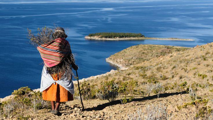 Mujer con traje de <em>chola</em> en Isla del Sol, Bolivia