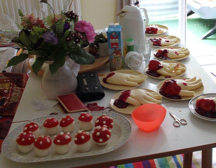 Blutige Hände aus Pudding und Fruchtsoße, giftige Pilze aus Eiern und Tomaten mit Mayonaiseklecksen