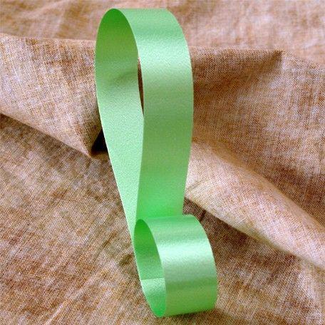 Cinta decorativa lisa color verde claro, disponible en 4 anchos. Riza fácilmente con las tijeras o un rizador.