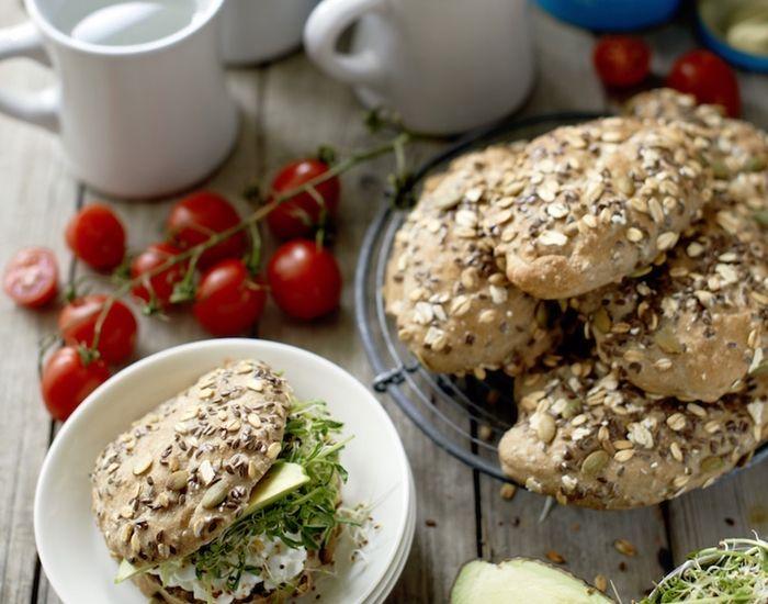 Grovboller med avokado og hytteost - Måltid