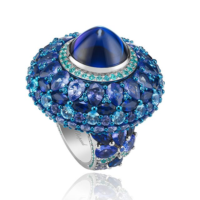 Cocktail ring in 18k white gold with tanzanite, sapphire and blue topaz, highlighted by Paraiba tourmalines, from the 2016 Chopard Red Carpet collection.
