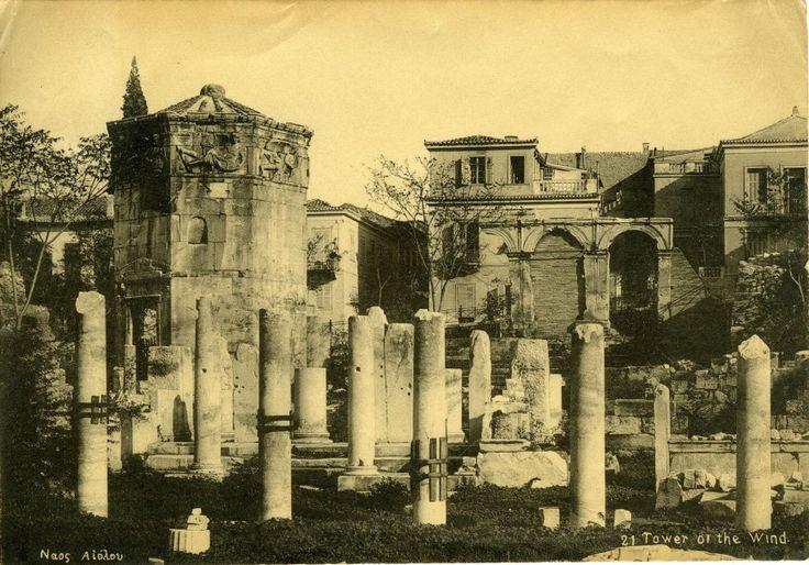 Οι 10 σημαντικότερες εικόνες από το Φωτογραφικό Αρχείο του ΕΑΜ-Άποψη της Ρωμαϊκής Αγοράς από τα δυτικά. Αριστερά, το Ωρολόγιον του Ανδρονίκου Κυρρήστου. Εκτύπωση επιστολικού δελταρίου, αρχές 20ού αιώνα. Φωτογραφικό Αρχείο Εθνικού Αρχαιολογικού Μουσείου.