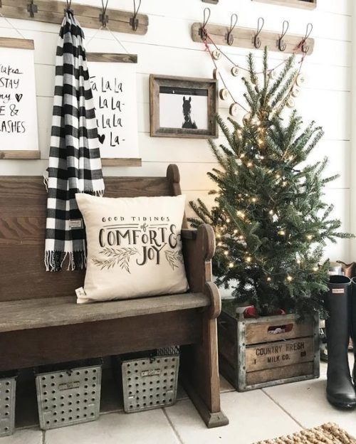 Inspiring Farmhouse Christmas Decor - Christmas Entry #farmhousedecor #christmas #homedecor #farmhouse #christmasfarmhousedecor #christmasentry #entry #entrywaydecorideas