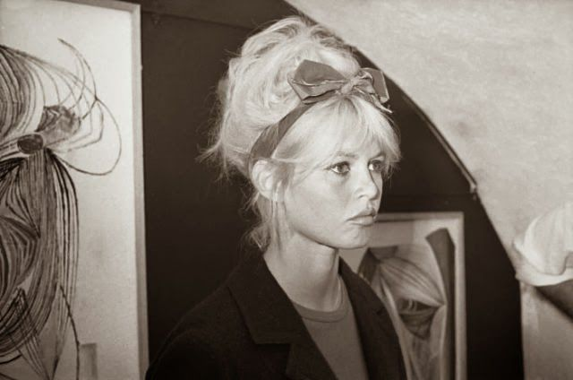Brigitte Bardot, moño y lazada http://cuchurutu.blogspot.com.es/2014/02/peinada-con-lazo.html