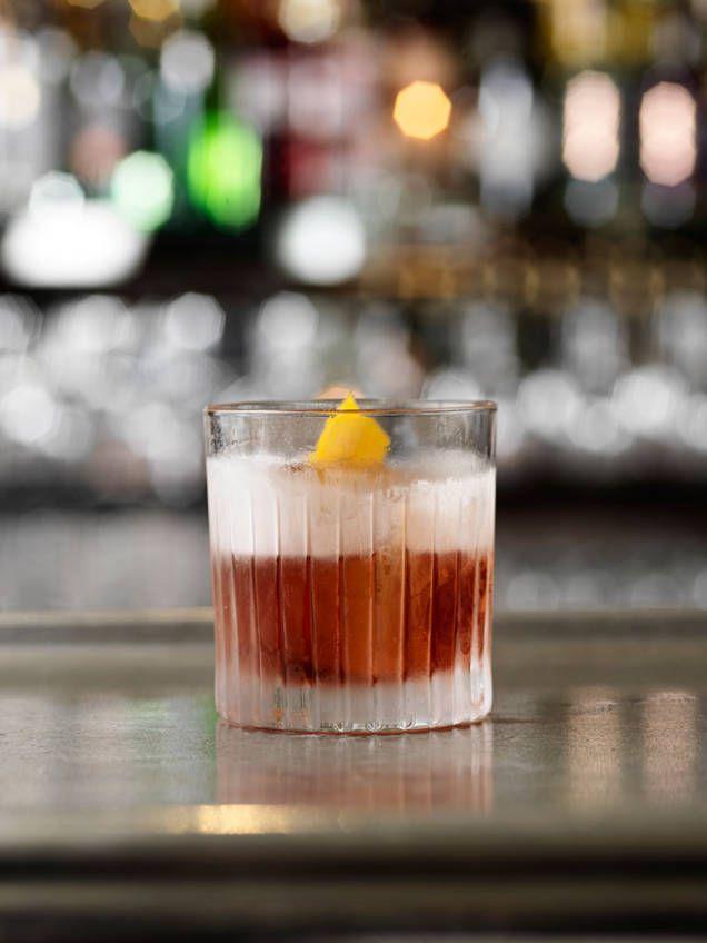 Negroni är en italiensk cocktail med en blandning av starkt, sött och bitter. Blir vacker i ett vidare glas med stora isbitar.