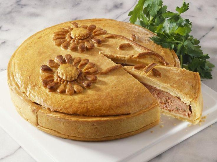 Мясной пирог — это символ семьи, благополучия и твёрдых традиций в стиле дня отца, дня матери, дня благодарения и пасхальных дней. Можно перечислить ещё не один десяток поводов, при которых не обойтись без пахучего, большого, напоминающего каравай мясного пирога. При желании в мясную начинку можно добавить мелко нарезанную зелень укропа, жаренные шампиньоны с жареным луком.