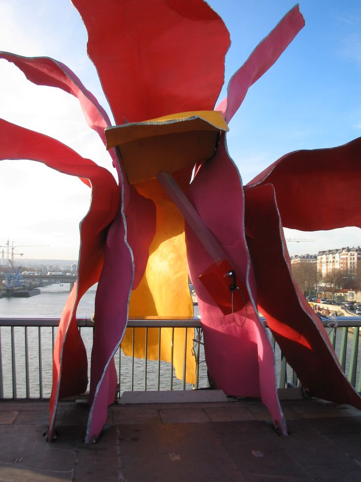 Le Téléphone (2 005  - 2 006 )    В сотрудничестве с французским художником Софи Калле, Гери спроектировал в форме цветка телефонной будки для Пон-дю-Garigliano вдоль реки Сены в Париже. Le Téléphone было произведение современного искусства, единственной функцией было принимать звонки от Sophie Calle. Он был введен в эксплуатацию, наряду с несколькими другими работами, французским правительством, чтобы отметить Tramway де Marechaux.
