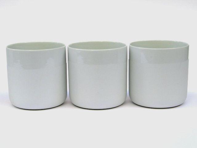 Schöner kann man fast nicht trinken: Porzellanbecher von Johanna Hitzler Bei diesem schlichten Becher sind nur die Innenseite und der Trinkrand ...