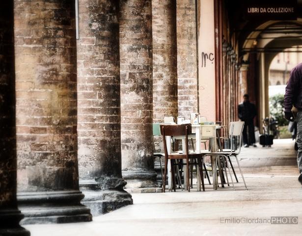 Il tavolo sotto i portici, via Flickr.