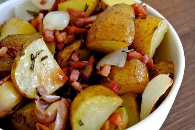 Ovengebakken aardappels met pancetta Wat een ontdekking ooit, in de oven je aardappelen bakken/roosteren. Geeft veel meer smaak dan bij bakken in de koekenpan. Met het risico van dat het te 'papperig' wordt.