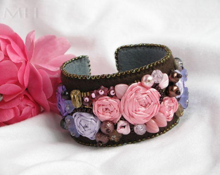 Božská Loraine  ... neskonale krásná a energická, jako královna všech květin.  Luxusní autorský náramek vytvořený kombinací stužkové a korálkové výšivky na plsti (silk ribbon embroidery a bead embroidery)  Na tmavě hnědém filcu jsou saténovou stužkou vyšité růžičky a poupátka. Doplňují je české skleněné mačkané korálky, voskované perličky, ...