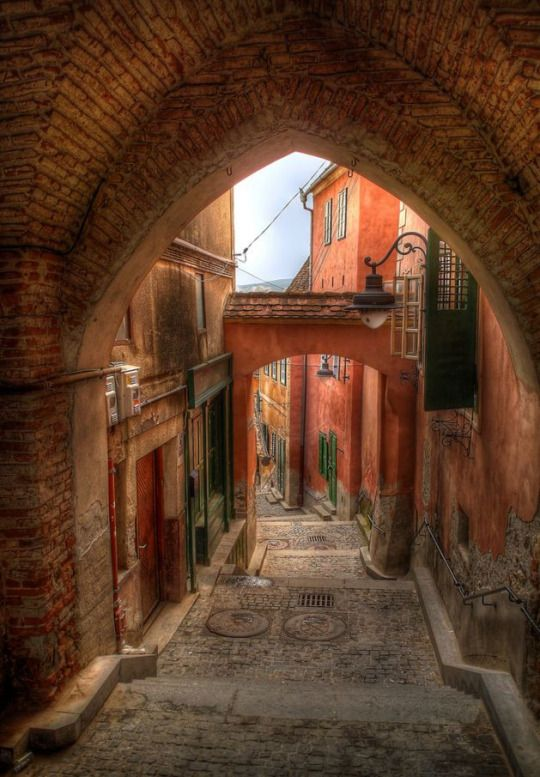Medieval passages in Sibiu / Romania (by Leonard Luca).