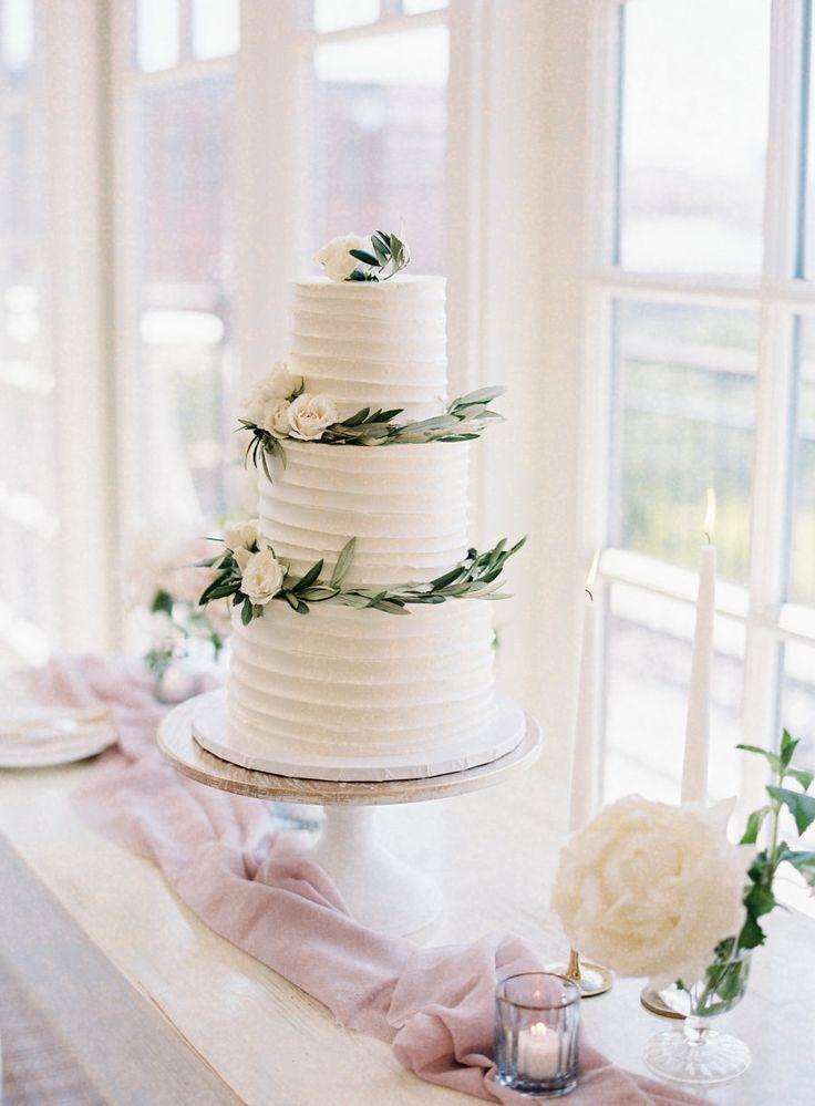 Blumen – und Olivenzweig gewickelt Hochzeitstorte | Fotografie: Michael und Carina -…   – Hochzeit