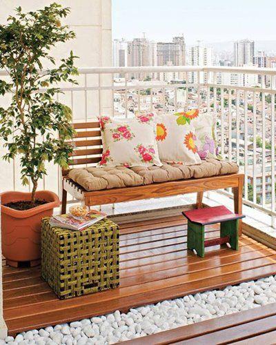 Banco,Banquinho, planta, deck e pedriscos (tecidos para exterior e verniz náutico ajudam a manter o banco e os revestimentos)