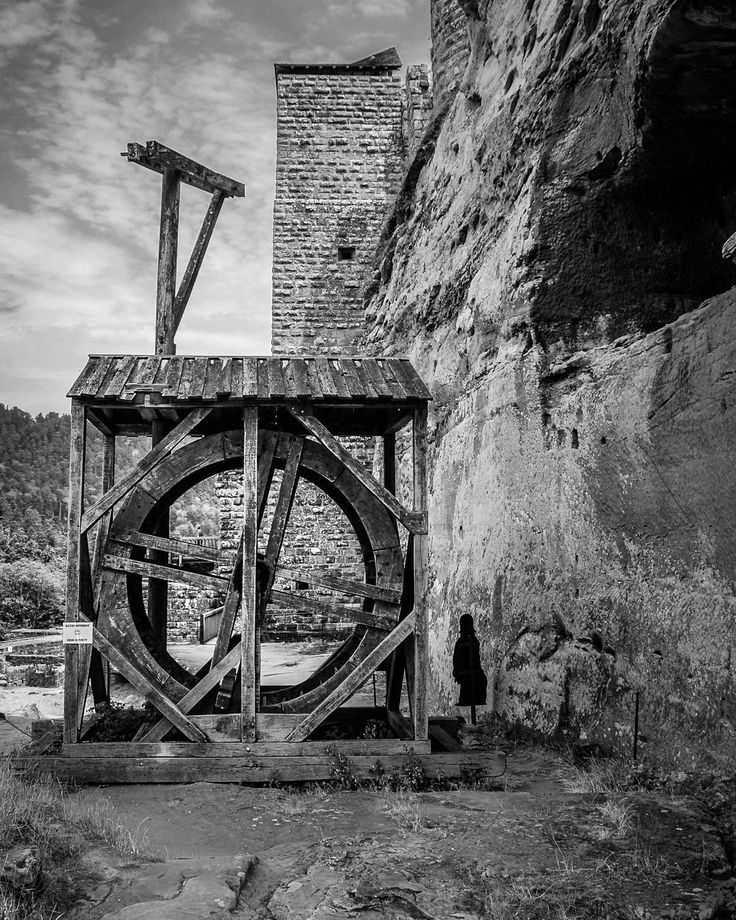 #burg #fleckenstein #frankreich #france #grenzland #kran #mittelalter #schwarzweissfotografie #bnw #baw #blackwhite #blackwhitephoto #medioevo #historisch #historical #castello #francia #holzkonstruktion #architektur #architecture #construction #bauen #biancoenero #lowcolor #kontrast #bwhdr #contrast #pirmasens - Ausflug zur Burg Fleckenstein in Frankreich.  Grenznahe Stadt Pirmasens.