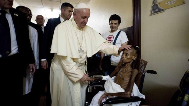 La foto del papa Francisco que conmueve al mundo  El papa Francisco en África.Foto:Reuters