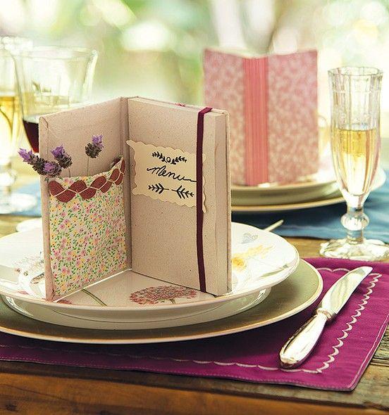 O caderninho com bolso é menu, decora a mesa e já vira uma lembrancinha