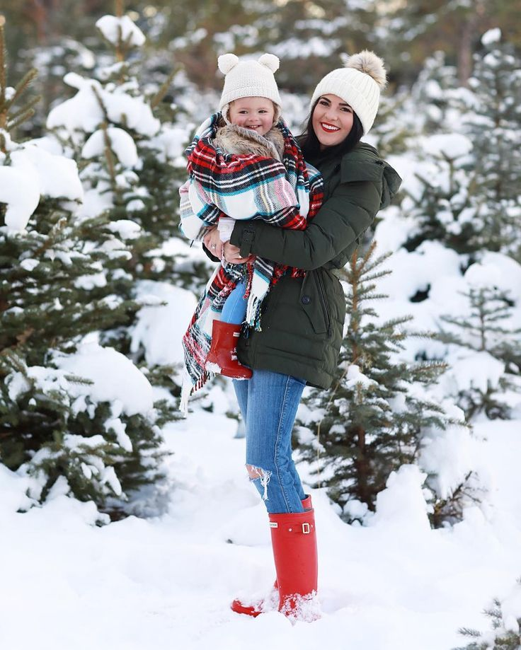 Rach Parcell and her daughter matching Hunter Original Boots in Military Red on pinkpeonies.com