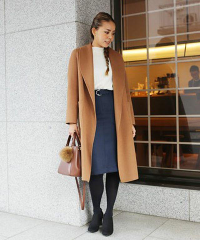 大人な雰囲気漂うガウンコートには、シンプルで上品なコーディネートが◎。 着まわし力抜群のリブニットをすっきり見えするタイトスカートにインして、 女性らしい印象に。 足元はきれいなレッグラインを演出するブーティがおすすめ!