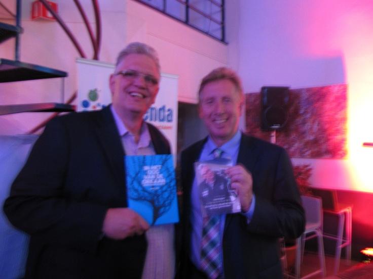 """Professor Jan Rotmans en ik overhandigen elkaar onze nieuwste boeken! Trots op! Mijn boek heet: Äls het op is, schudt de wereld op haar grondvesten""""!"""