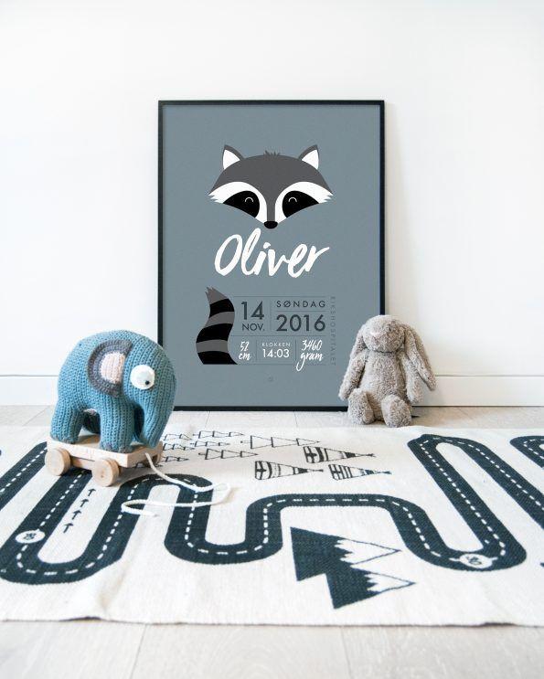 Minimalistisk fødselsplakat med vaskebjørn #minimals #fødselsplakat #birthposter #fødselstavle #raccoon #dustyblue #kidsroom #kidsroominspo #oyotcarpet #sebrainterior #jellycat