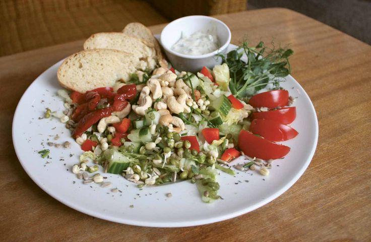 Hyvin monet ravintolat ympäri Suomen tarjoavat vegaaneille sopivaa ruokaa. Jos ennakkotietoa tarjonnasta ei ole eikä ruokalistalla näy vegaanisia vaihtoehtoja, kannattaa kysyä niistä erikseen joko soittamalla ravintolaan tai paikan päällä asioimalla. Alla muutama vinkki, joista vegaaniystävällistä ravintolatarjontaa kannattaa pitää silmällä kokoamamme Vegaaniystävälliset ravintolat -listauksen lisäksi.