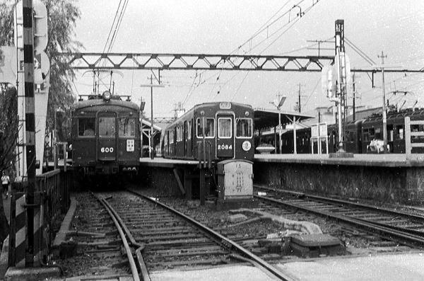 阪急電車 今はりっぱな駅ビルに入ってしまった宝塚駅。昔はこんな のんびりした駅でした。左端は大正生まれ、リベットごつごつの600形。 1967年