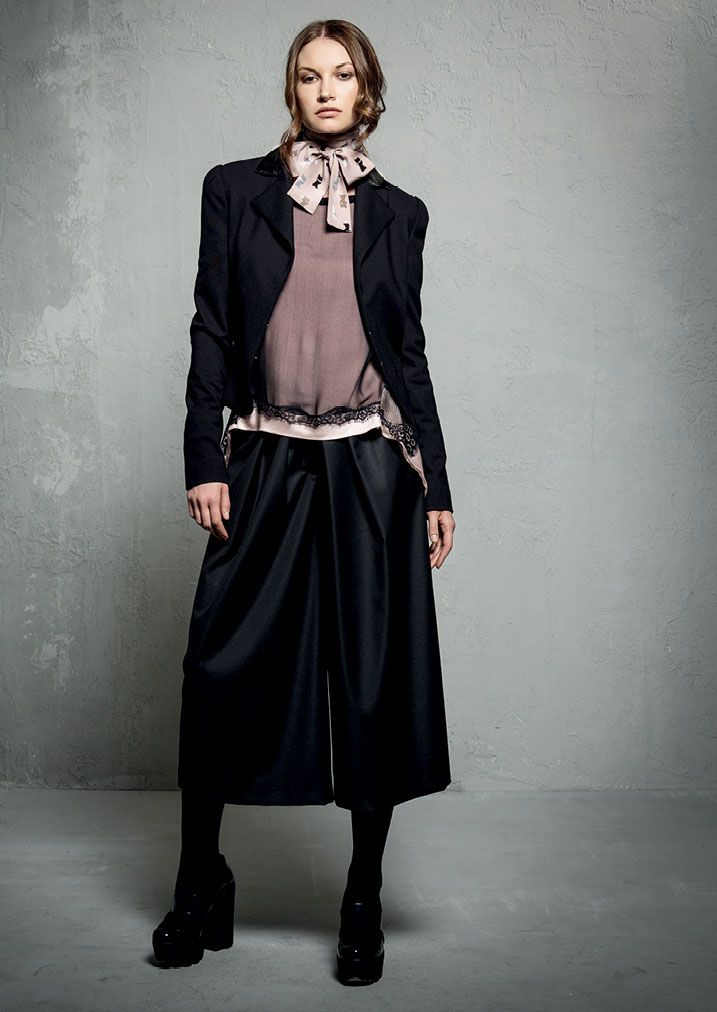GIACCA/JACKET <strong>E207</strong><br> MAGLIA/BLOUSE <strong>E210</strong><br> PANTALONE/PANTS <strong>E185</strong>