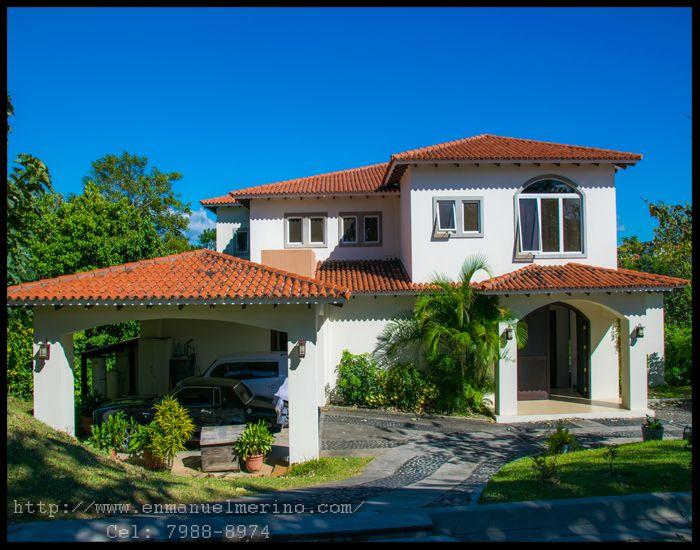 Fachada de casa en Villa Tuscania en venta. El Salvador.