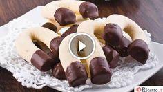 I biscottiferro di cavallo sono dei frollini semplici e leggeri dalla tipica forma a 'U'. Provateli per colazione o per una gustosa merenda,anche nella versione con il Bimby. Laloro preparazione è illustrata dallo chef Roberto Doglioli.