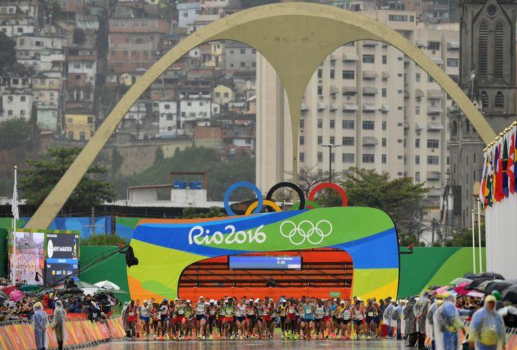 Nem a chuva para essa turma: 155 corredores dão tudo de si pelas ruas do #Rio2016 na #Maratona masculina.