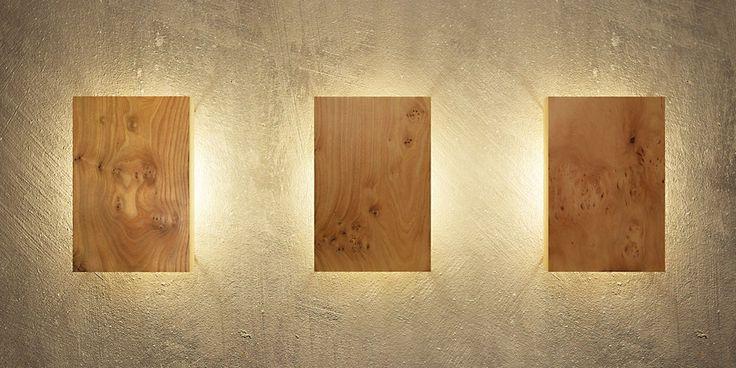 Moderne Wandleuchte aus Holz, die mit ihren hinterleuchteten massiven Holzplatten jede Wand in ein besonderes Licht taucht. Einfach uniic!