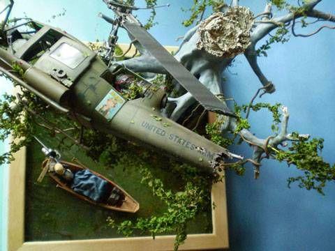 Un cañonero UH-1C de la 147ª cia de helicopteros de asalto del US ARMY reposa sobre los árboles de Long Xuyen