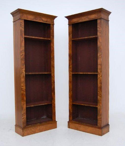 Пара высоких античный корня орехового дерева Открытый Книжный шкаф в прекрасном состоянии, с регулируемыми полками.  Эта пара книжных полок были реконструированы из старинных шкафы, пианино и т.д., с помощью верхней столяром.  Берр орех шпон отличного качества и стороны твердые древесные породы являются.  Чтобы посмотреть на, вы думаете, что эти шкафы были полностью оригинальный, из-за, как они строятся .: