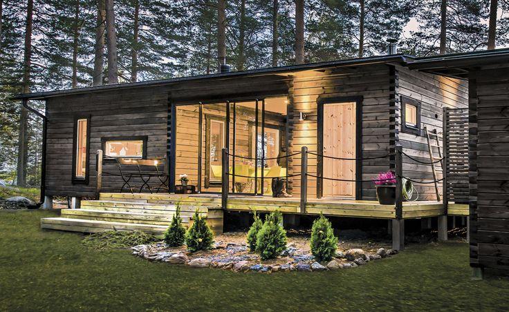 Salvoksen saunamökissä  tuvan ja saunatilojen väliin on  sijoitettu viihtyisä lasiterassi. Suurempi katteeton terassi kiertää mökin ympäri.