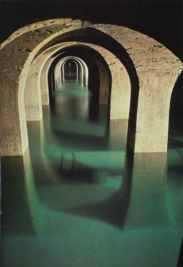 le réservoir de Montsouris.  Au sol de cette immense lieu souterrain, s'étend une gigantesque nappe d'eau turquoise sur le fond blanc crémeux de la pierre calcaire. L'endroit est féerique, l'ambiance est celle d'une cathédrale. Une forêt de 1800 piliers ocres s'étendent et s'accouplent pour former des arches par centaines.