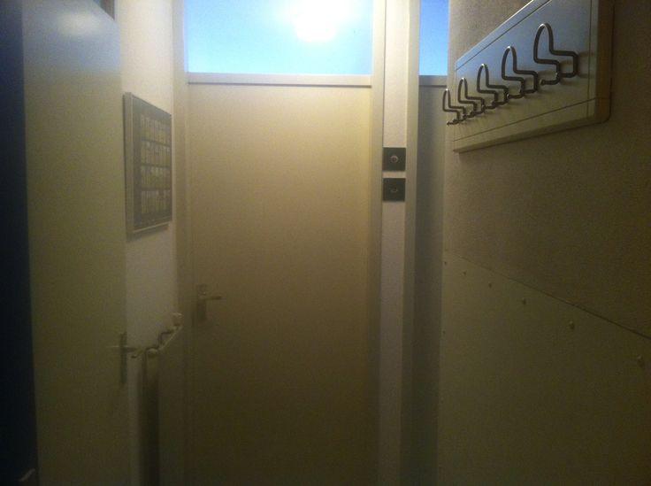De entree.  Links de deur naar de badkamer en rechtdoor is de Master Bedroom.