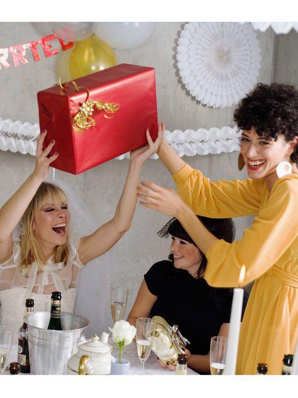 """Das Hochzeitsspiel """"Das wandernde Päckchen"""" ist perfekt für den Anfang einer…"""