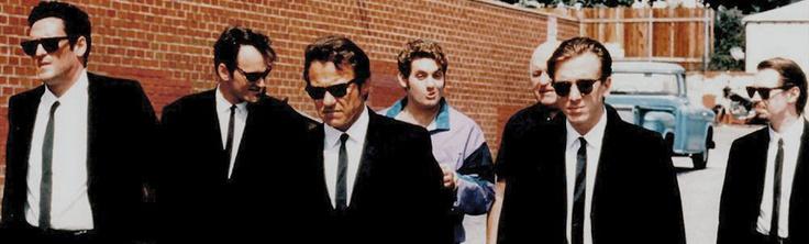 Un grupo de seis ladrones uniformados con trajes negros y anteojos Rayban, un robo que no sale como estaba planeado, un policía infiltrado, la huida desesperada y la búsqueda del traidor.  Perros de la calle es una película que desde su primera secuencia huele a obra maestra.