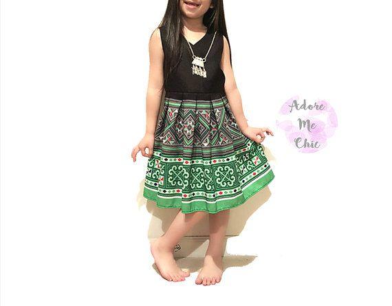 Hmong ragazza etnica tribale abito - dimensione 3T - 4T/4  Scollo a v senza maniche faux wrap top con Aline plissettato. Green tribale dettagliate stampato gonna a pieghe. Corpetto è completamente foderato con chiusura a zip.  Disponibile anche in formato più grande, prego di me convo.