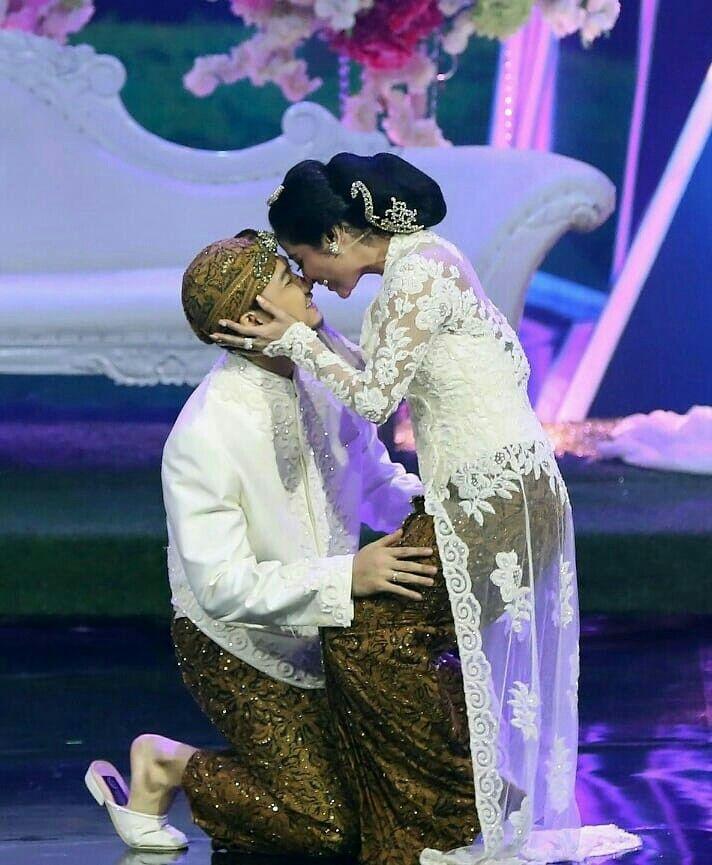 afd9a0c15d57 Inspirasi Kebaya Akad Artis Selamat atas pernikahan Angga Wijaya & Dewi  Perssik Semoga langgeng sampai kakek