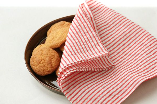 【motta013(中川政七商店)】/白い地に薄手のラミー、色の部分に綿糸を使い、ストライプに織り上げました。生地の凹凸により、ボリュームがあるように見えますが、薄手なので乾きが抜群に早いハンカチです。 #motta  #handkerchiefs #gifts